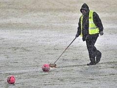 Fotbalové derby mezi Duklou a Spartou muselo být kvůli hustému sněžení odloženo.
