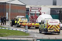 Policisté zasahují v hrabství Essex na jihovýchodě Anglie u kamionu, ve kterém bylo nalezeno 39 mrtvých těl (snímek z 23. října 2019)