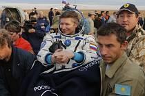 Genadij Padalka po přistání v Kazachstánu.