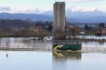 Zaplavená silnice u města Pozega, asi 150 kilometrů jižně od Bělehradu.