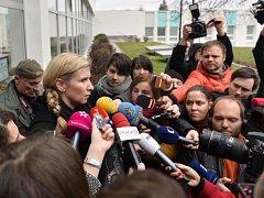 Ministryně školství Kateřina Valachová navštívila 23. února Střední průmyslovou školu Na Třebešíně, kde tři žáci šikanovali učitelku. Na snímku hovoří s novináři.