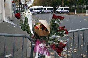 Pietní místo před  koncertní síní Bataclan v Paříži