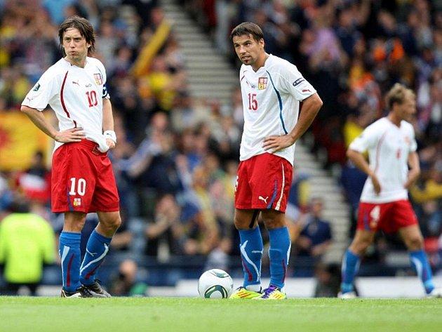 Čeští fotbalisté Tomáš Rosický (vlevo) a Milan Baroš v kvalifikačním zápase o postup na ME proti Skotsku.