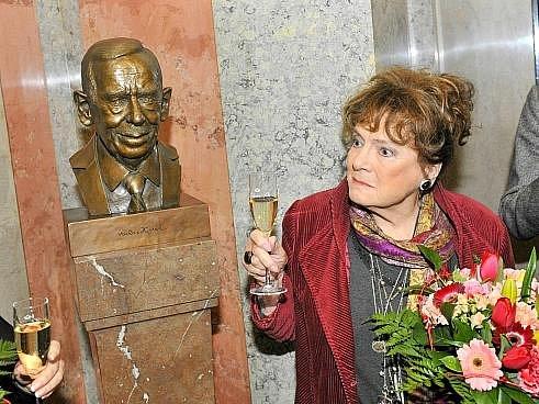 Bustu Václava Havla odhalila 17. listopadu 2011 v Národním divadle v Praze Vlasta Chramostová.