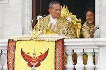 Král Pchúmipchon byl korunován v roce 1950 jako Ráma IX. I když má pouze reprezentativní funkci, těší se v Thajsku velké autoritě a jeho osoba je podle zákona posvátná a nedotknutelná. Thajské zákony na ochranu majestátu patří k nejpřísnějším na světě.