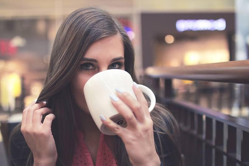 Káva k snídali, ke svačině? Běžný rituál.