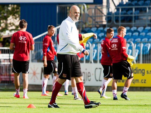 Trenér Jakub Dovalil na tréninku fotbalové jednadvacítky.