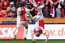 Petr Grajciar (vpravo) se raduje z gólu proti Liberci. Gratuluje mu jeho spoluhráč Švento.