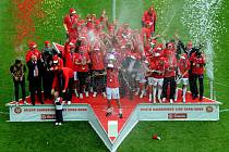 Fotbalisté Slavie konečně převzali mistrovský pohár a mohli propuknout velké oslavy přímo v Edenu.