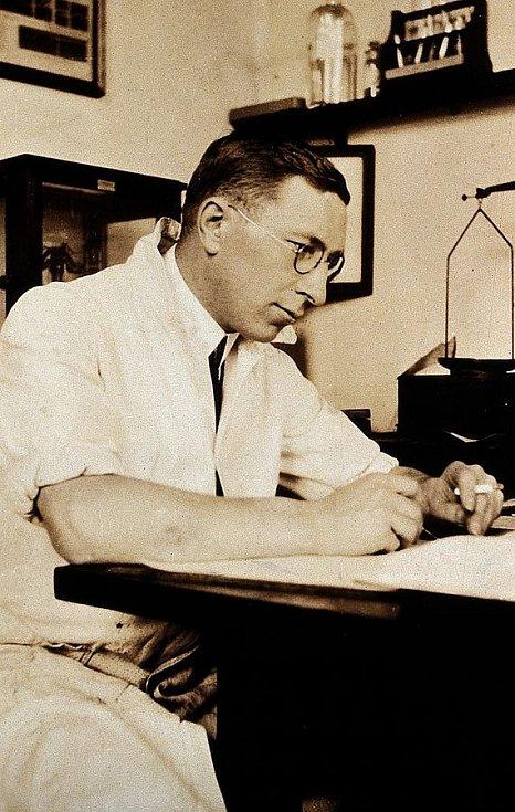Frederick Grant Banting ve své pracovně