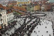 Tisíce lidí čekají ve frontě, aby se poklonili zesnulému prezidentovi