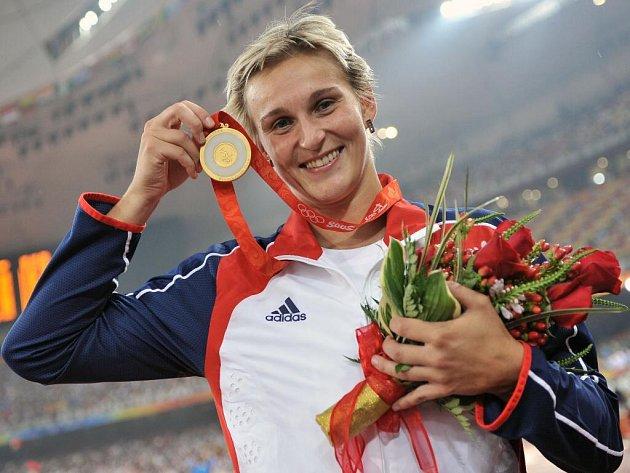 Česká oštěpařka Barbora Špotáková si posledním šestým pokusem 71,42 metrů dohodila pro zlatou olympijskou medaili.