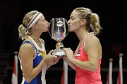 Andrea Hlaváčková a Timea Babosová se radují z titulu