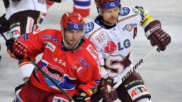 Útočník Budějovic Tomáš Vak (vlevo) v souboji s Michalem Brošem ze Sparty.