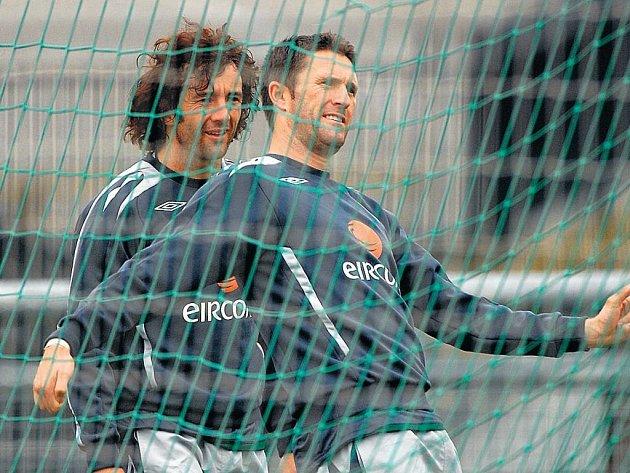 Hvězdy irského výběru Stephen Hunt a Robie Kean (vpravo) byly na pondělním tréninku na Strahově v dobrém rozmaru. Ve středu na Letné se rozhodne, jestli jim dobrá nálada vydrží.