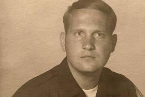 Joseph James DeAngelo v době, kdy sloužil u policie. Jeho oddělení prošetřovalo činy, které ve skutečnosti spáchal on. Ve stejných letech začal vykrádat domy a spáchal první vraždu.