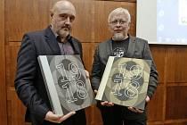 Investiční kniha. První díl sběratelské edice Kronika první republiky představili autoři Jaroslav Moravec (vlevo) a Pavel Kosatík.