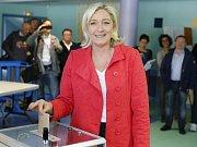 Francouzská nacionalistka Le Penová s britským euroskeptikem Faragem počítat nemůže. Novou frakci tak možná nevytvoří.