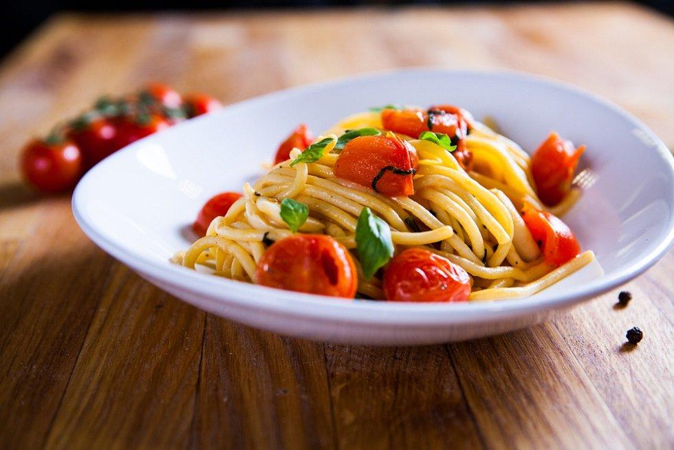 Těstoviny s česnekem a cherry rajčaty