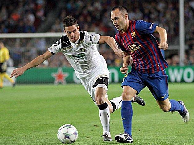 Milan Petržela (vlevo) pronásleduje Iniestu.