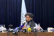 Mluvčí Tálibánu Zabihulláh Mudžáhid na tiskové konferenci v Kábulu