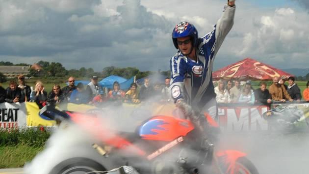 Motocyklový kaskadér Pavel Vik a jeho honda CBR RR 600.
