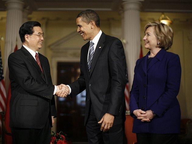 Americký prezident Obama se zdraví se svým protějškem z Číny Chu Ťin-tchaem. Přítomna je ministryně zahraničí Hillary Clintonová.