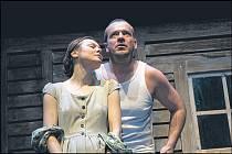 Líza a Stabuck. Andrea Elsnerová a Filip Blažek v hlavních rolích inscenace.
