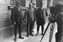 Sériový vrah Fritz Haarmann (na snímku uprostřed, bez čepice) je jedním z nejbrutálnějších zabijáků německých dějin.
