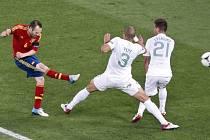 Iniesta ze Španělska střílí přes portugalské obránce Pereiru s Pepem.