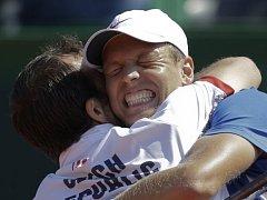 Tomáš Berdych se dělí o radost z postupu do finále Davis Cupu s Radkem Štěpánkem.