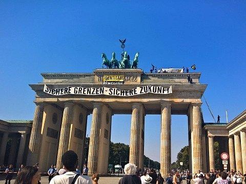 Příslušníci německé krajní pravice dnes v Berlíně vylezli na symbol německé jednoty, Braniborskou bránu, kde rozvinuli transparent proti imigraci.