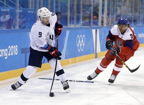 Martin Erat (vpravo) a Brian O'Neill z USA ve čtvrtfinále olympijských her v Pcgjongčchangu.