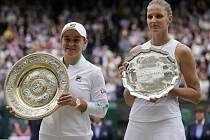 Zleva vítězka dvouhry žen we WimbledonuAshleigh Bartyová z Austrálie, vpravo poražená finalistka Karolína Plíšková.