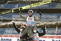 Polský skokan na lyžích Kamil Stoch (nahoře) se raduje ze svého celkového vítězství na Turné čtyř můstků na ramenou svých krajanů Dawida Kubackého (vlevo) a Piotra Żyly.