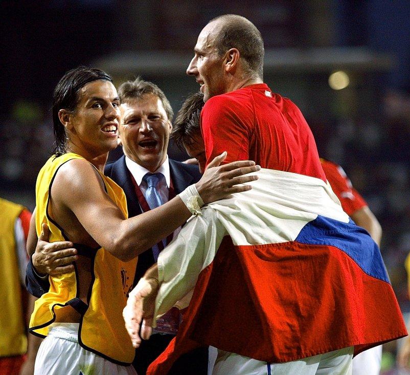 Milan Baroš s Janem Kollerem a asistentem trenéra Miroslavem Beránkem se radují z výhry.