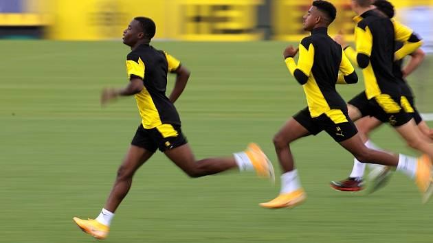 Youssoufa Moukoko z Borussie Dortmund (vlevo).