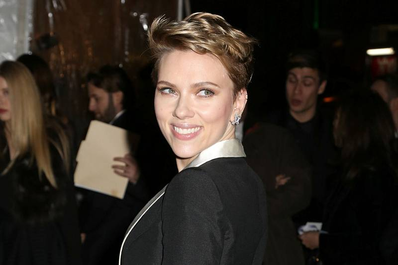 Scartett Johanssonové sluší i krátké vlasy.