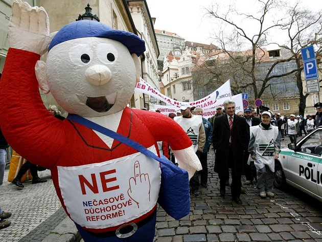 Okolo dvou set odborářů demonstrovalo 11. března před Poslaneckou sněmovnou proti zrušení stravenek a návrhu důchodové reformy.