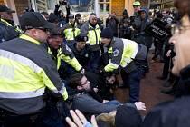 Policejní zásahy proti demonstrantům