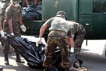Ekvadorští vojáci nakládají mrtvolu jednoho z vůdců FARC zabitých při akci, kterou kolumbijská armáda podnikla v andské džungli.