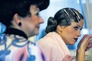 Ženy Dynderovy. Ludmila Molínová (vlevo) a Zuzana Vejvodová před jednou ze zkoušek inscenace.