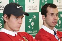 Čeští tenisté Tomáš Berdych (vlevo) a Radek Štěpánek proti Francii společně nastoupí i do čtyřhry.
