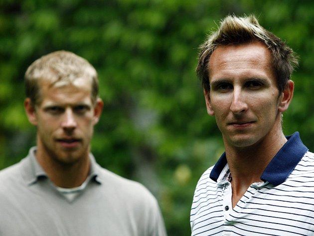 Současní nejlepší čeští beachvolejbalisté Michal Bíza (vlevo) a Pavel Rotrekl.