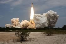 Z floridského Mysu Canaveral v pondělí krátce po 20:00 SELČ odstartoval raketoplán Atlantis.