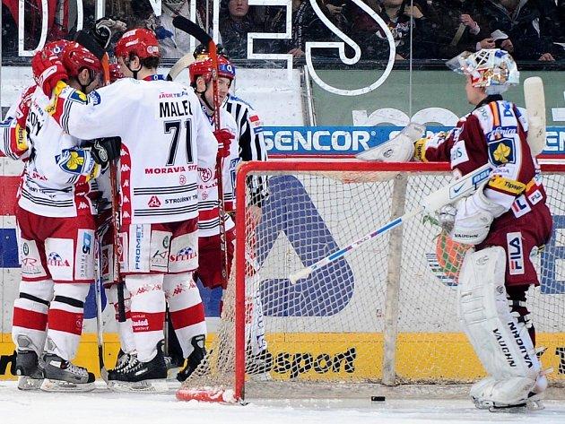 Brankář Sparty Tomáš Duba přihlíží radosti třineckých hráčů, kteří v Praze zvítězili 3:0.