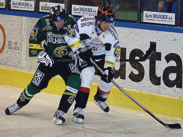 Karlovy Vary porazily v předehrávce 46. kole hokejové extraligy Znojmo po samostatných nájezdech 2:1.