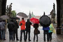 Desítky zmatených skupinek turistů bezprizorně bloudí a hledají cestu k památkám.