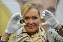 Helena Vondráčková při ražbě medaile v České mincovně.