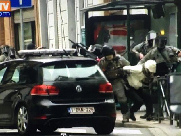 Policie Abdeslama zatkla při akci v bruselské čtvrti Molenbeek společně s dalšími čtyřmi lidmi, včetně tří členů rodiny, která ho ukrývala.